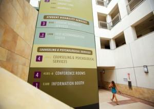 Los Servicios de Consejería y Psicología ofrecen recursos de salud mental en línea y por teléfono, mientras que las clases siguen siendo virtuales.