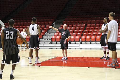Men's hoops hosts first practice