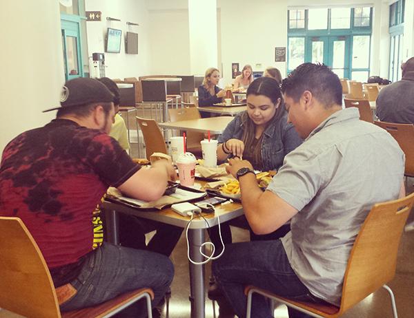 Un grupo de estudiantes haciendo uso de su meal plan en la SDSU