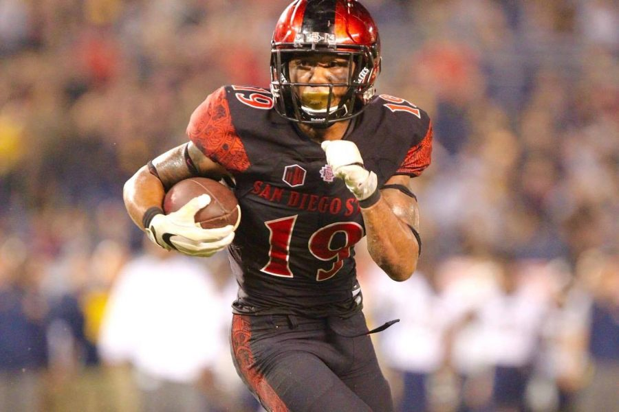Donnel+Pumphrey+carries+the+ball+for+the+Aztecs.