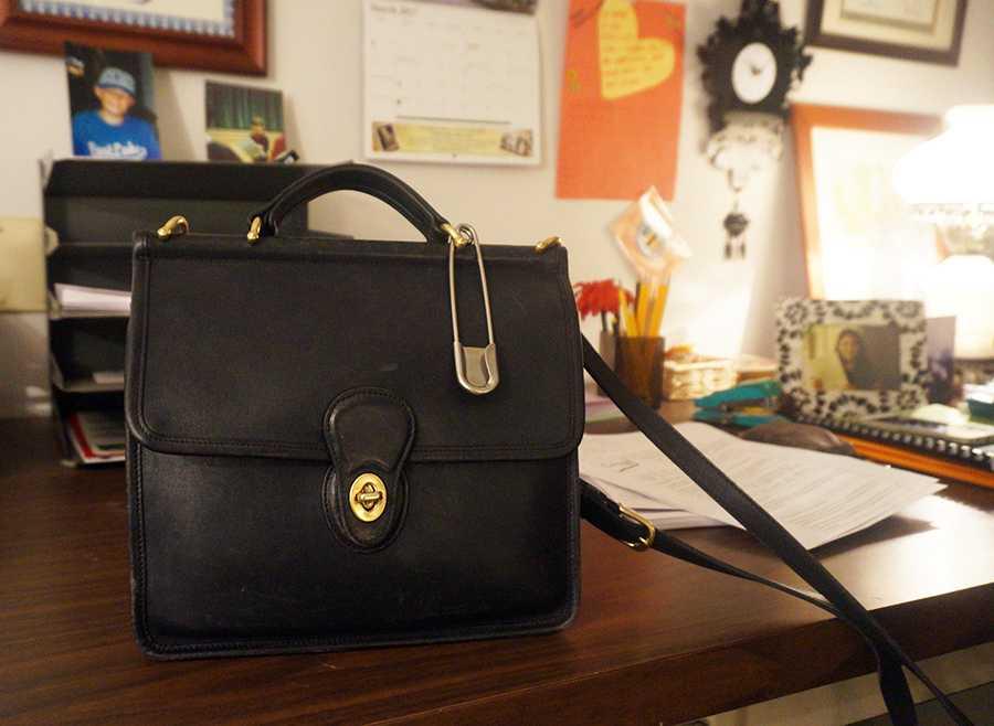 La profesora Barker lleva un alfiler de gancho grande en su bolso como un símbolo de seguridad y protección.