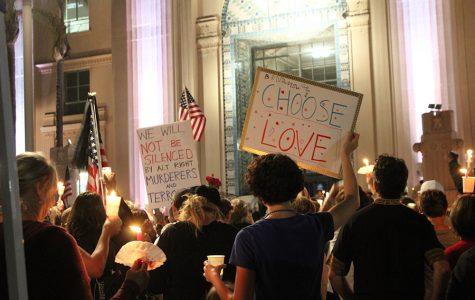 Cientos se reúnen en San Diego para honrar a los heridos de Charlottesville