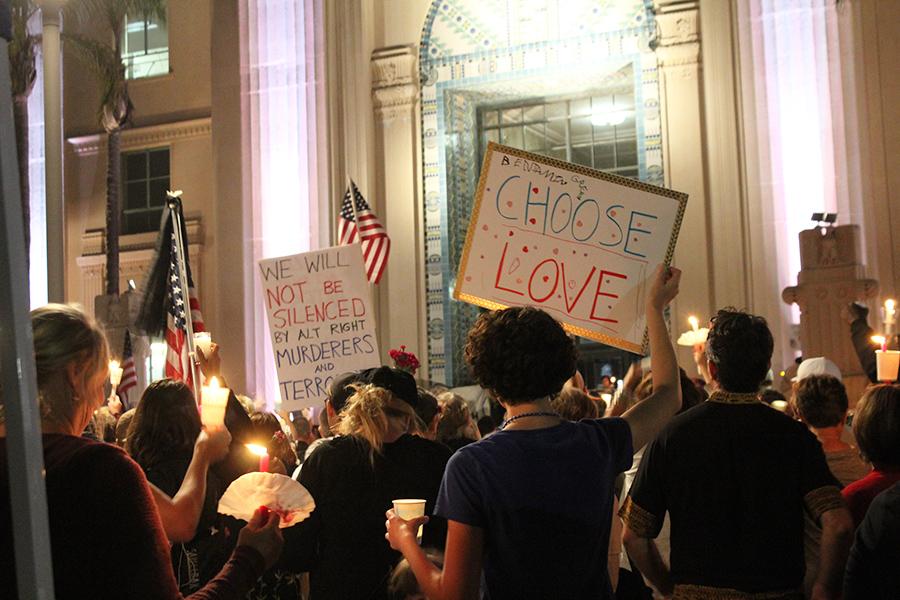 Cientos+se+re%C3%BAnen+en+San+Diego+para+honrar+a+los+heridos+de+Charlottesville