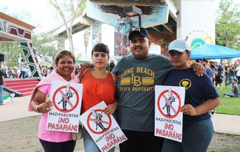 Cientas de personas rodearon Chicano Park para defender los murales