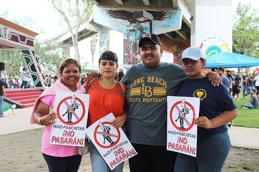 Cientas+de+personas+rodearon+Chicano+Park+para+defender+los+murales