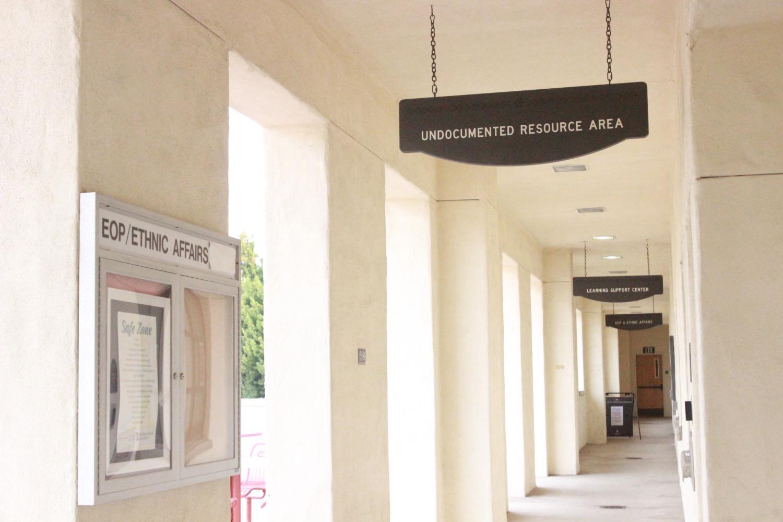 El área de recursos para indocumentados está disponible para asistir a los estudiantes.