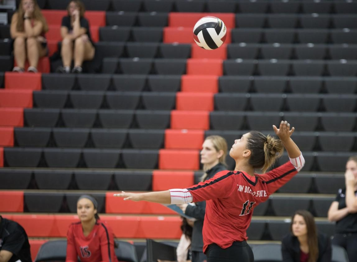 Freshman setter Gabi Peoples prepares to serve in SDSUs match vs Fresno State on Oct. 21.