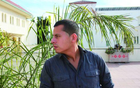 Estudiante licenciado estudia comunidad de inmigrantes y deportados