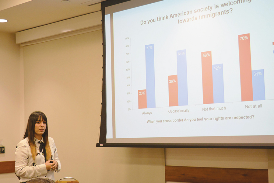 Estefanía Castañeda explica resultados de su estudio a la comunidad de SDSU.