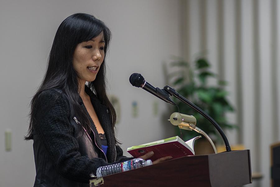 Siel Ju lee historia de su novela a la comunidad de SDSU.