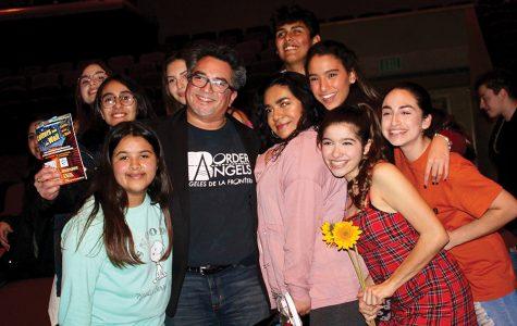"""Estudiantes de la escuela secundaria representan los inmigrantes a través de la obra """"Cartas desde la Frontera"""""""