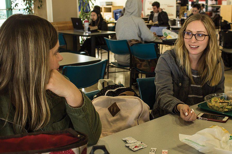Amanda+Sisco%2C+estudiante+de+maestr%C3%ADa+de+trabajo+social%2C+platica+con+estudiante+Kashina+Rusko+mientras+come+su++almuerzo.+