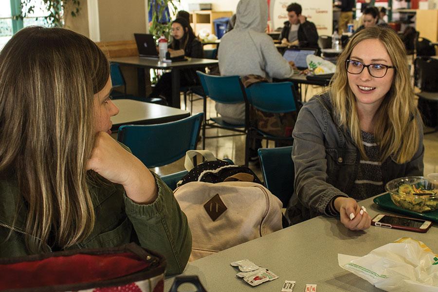 Amanda Sisco, estudiante de maestría de trabajo social, platica con estudiante Kashina Rusko mientras come su  almuerzo.