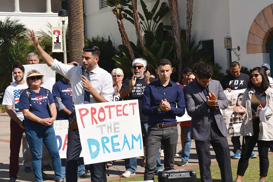 Candidato congresista protesta en favor de DACA con la comunidad de San Diego