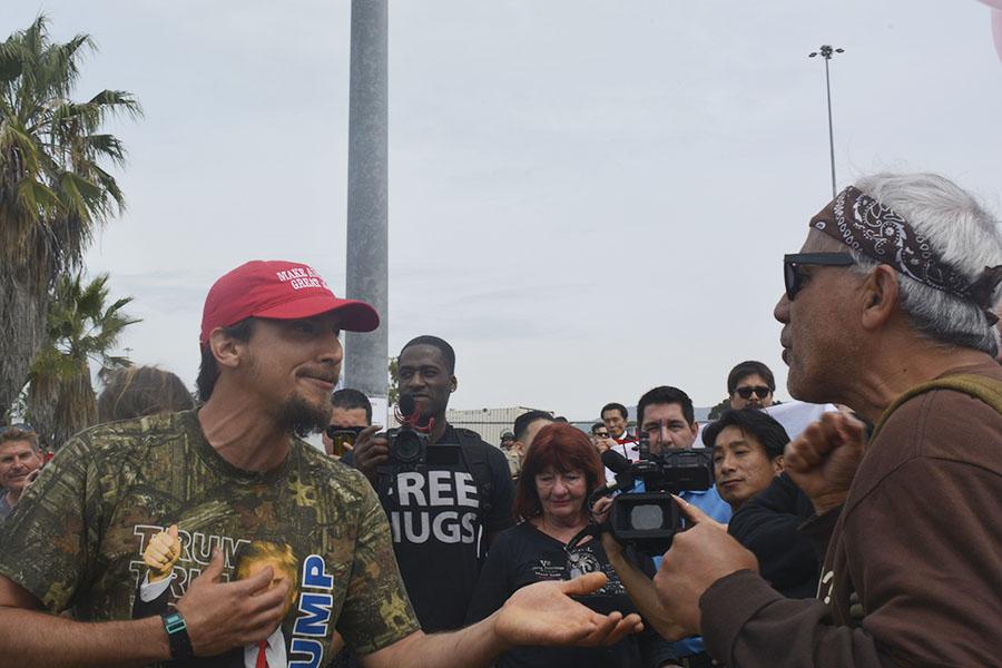 Joshua Swan (a la izquierda) discute con Manny Aguilar (a la derecha) en la Mesa de Otay.