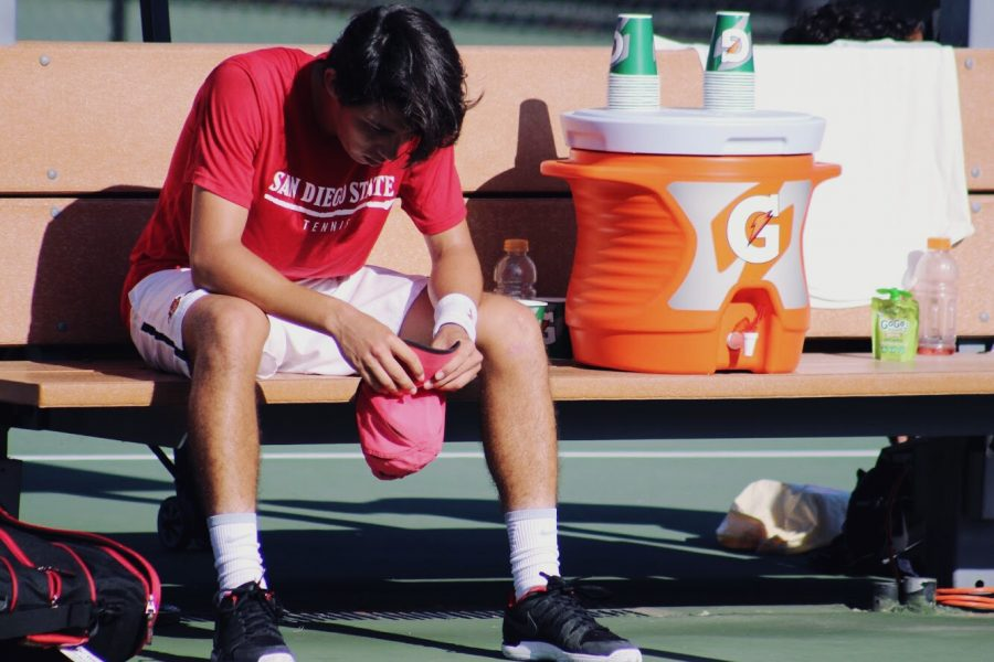 Raul+de+la+Torre+sits+on+the+bench+with+his+head+down+during+the+Aztecs+4-0+loss+to+Fresno+State+on+April+27+at+the+Aztec+Tennis+Center.
