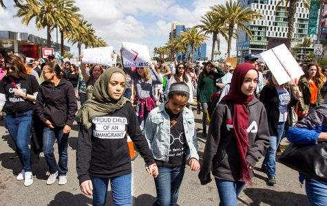 Miembros de la comunidad participan en la Marcha para Nuestras Vidas en San Diego