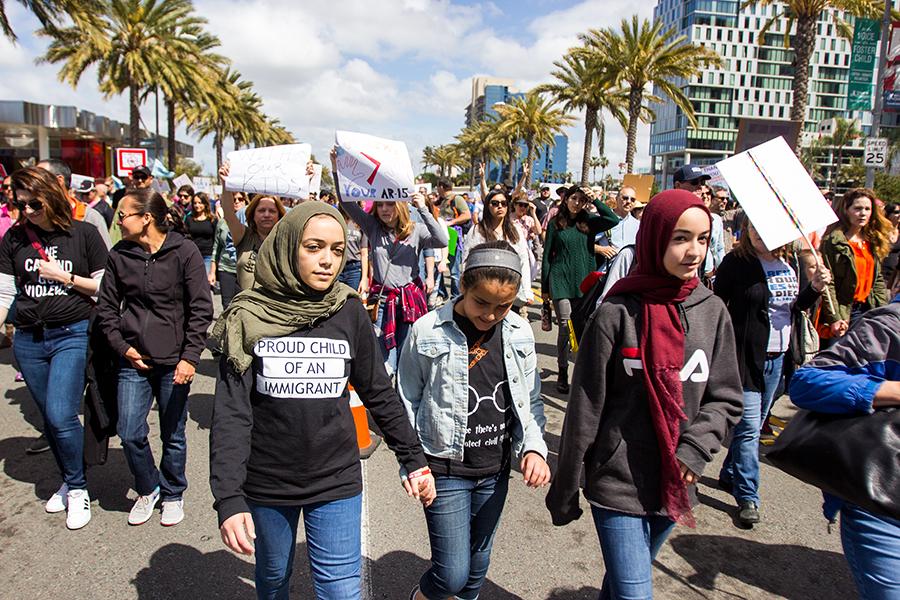 Estudiantes marchan en el centro de San Diego para expresar apoyo hacia leyes más estrictas del control de armas.