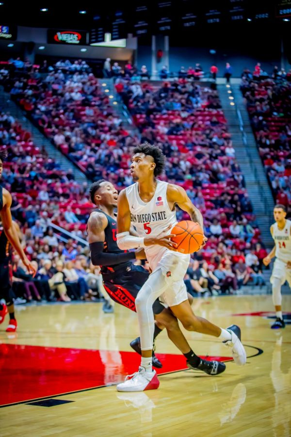 Sophomore+forward+Jalen+McDaniels+drives+to+the+hoop+during+the+Aztecs+94-77+victory+over+UNLV+on+Jan.+26+at+Viejas+Arena.+