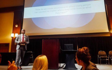 Egresado de SDSU comparte consejos con estudiantes sobre cómo ser un líder en conferencia de liderazgo