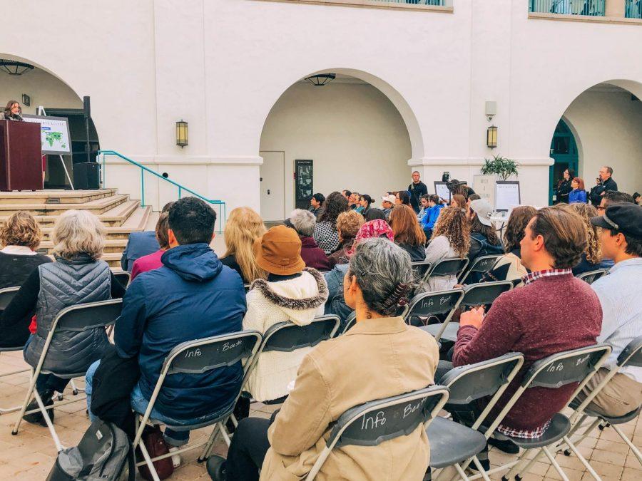 Estudiantes de SDSU presentan cartas de migrantes detenidos en Otay Mesa