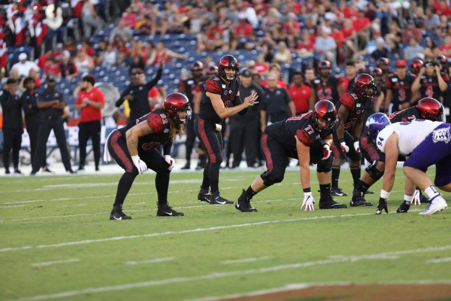 Senior+quarterback+Ryan+Agnew+is+set+to+receive+a+snap+out+of+the+shotgun+during+the+Aztecs%E2%80%99+6-0+win+over+Weber+State+on+Aug.+31.