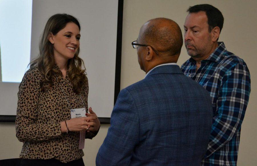 Maria Amor hablando con invitados que atendieron su  presentación en SDSU el sábado, 19 de octubre.