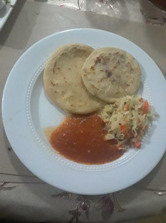 Pupusas+caseras+con+curtido+y+salsa+de+tomate+hechas+por+la+familia+de+No%C3%A9.+