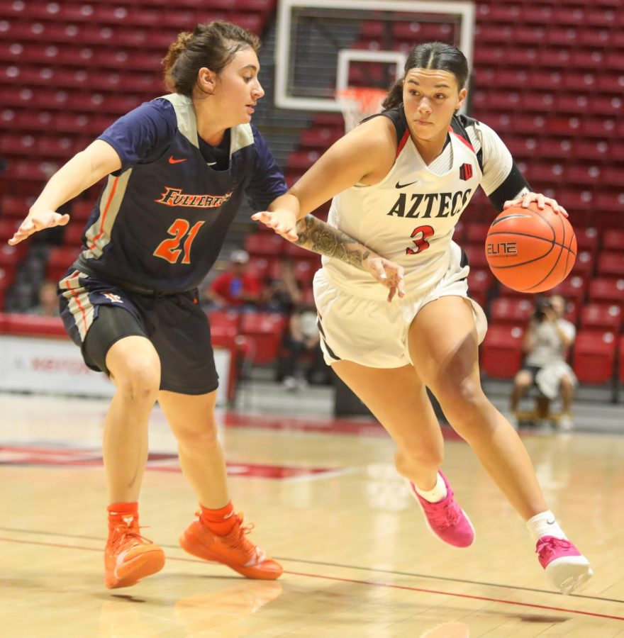 Sophomore+forward+Mallory+Adams+drives+left+during+the+Aztecs%27+55-45+win+over+the+Titans+on+Nov.+17+at+Viejas+Arena.
