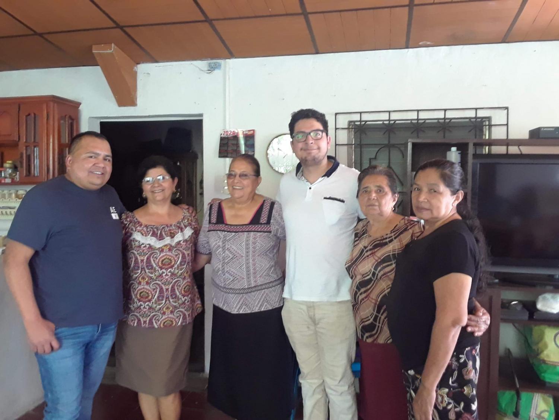 Noé visita a su familia en El Salvador.