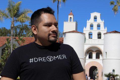 Estudiante de último año Antonio Márquez se encuentra frente a Hepner Hall en la universidad estatal de San Diego el 25 de febrero de 2020. SDSU es la escuela de ensueño de Márquez y con la falla de la Corte Suprema a favor de DACA, Márquez puede seguir adelante como un soñador.