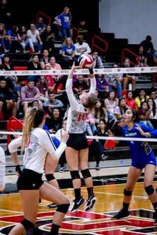 Then-sophomore setter Camryn Machado attempts to pass the ball to a teammate during the Aztecs