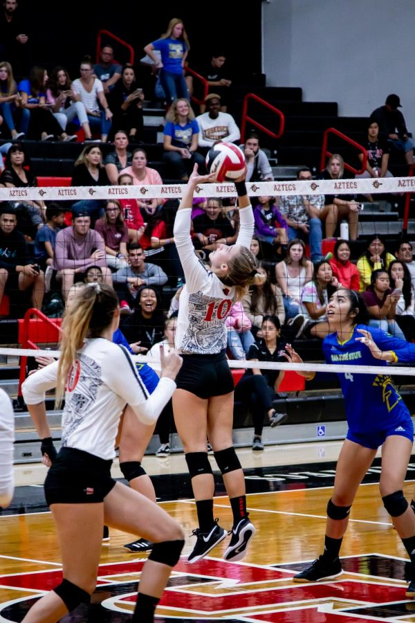 Then-sophomore setter Camryn Machado attempts to pass the ball to a teammate during the Aztecs' 3-2 win over San José State on Sept. 26, 2019 at Peterson Gym. Volleyball was one of many SDSU programs affected by the Mountain West's Conference's decision to postpone athletics due to the COVID-19 pandemic.