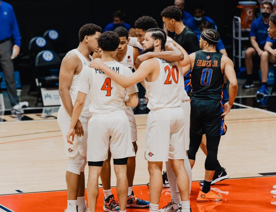 San+Diego+State+men%E2%80%99s+basketball+players+huddle+together+after+a+foul+during+the+Aztecs%27+78-66+overtime+win+over+Boise+State+on+Feb.+25%2C+2021+at+Viejas+Arena.