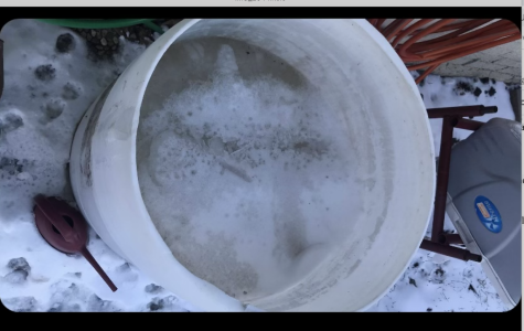 Agua congelada en una cubeta durante tormenta invernal en Texas.