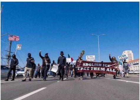 Manifestantes se muestran en el centro de San Diego para protestar contra ICE.