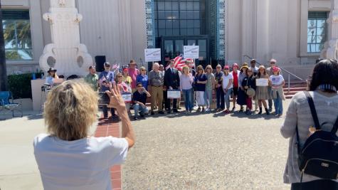 Manifestadores en el centro de San Diego expresan su apoyo para el nuevo candidato de gobernador.