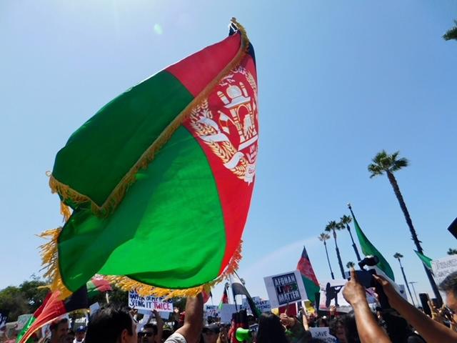 Los manifestantes marchan por las calles del centro de la ciudad para mostrar solidaridad con Afganistán.