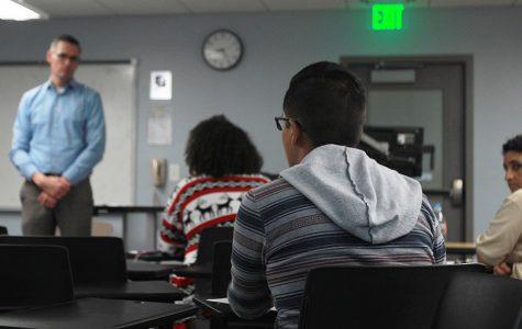 SDSUPD Chief Mays habla con estudiantes sobre preocupaciones acerca de la patrulla fronteriza apareciendo en campus