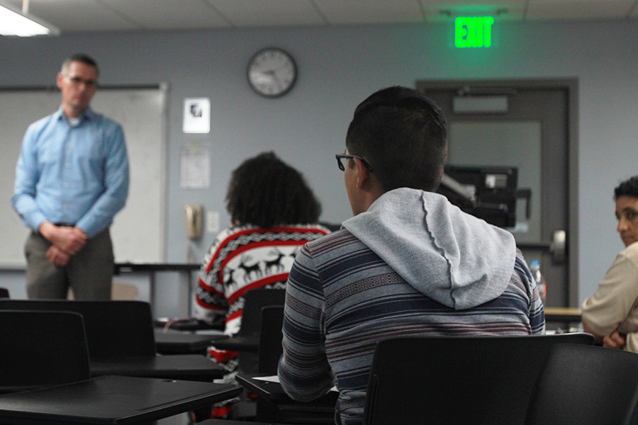 Presidente de Educación sin Fronteras Carlos Rodríguez hace una pregunta a SDSUPD Chief Mays.