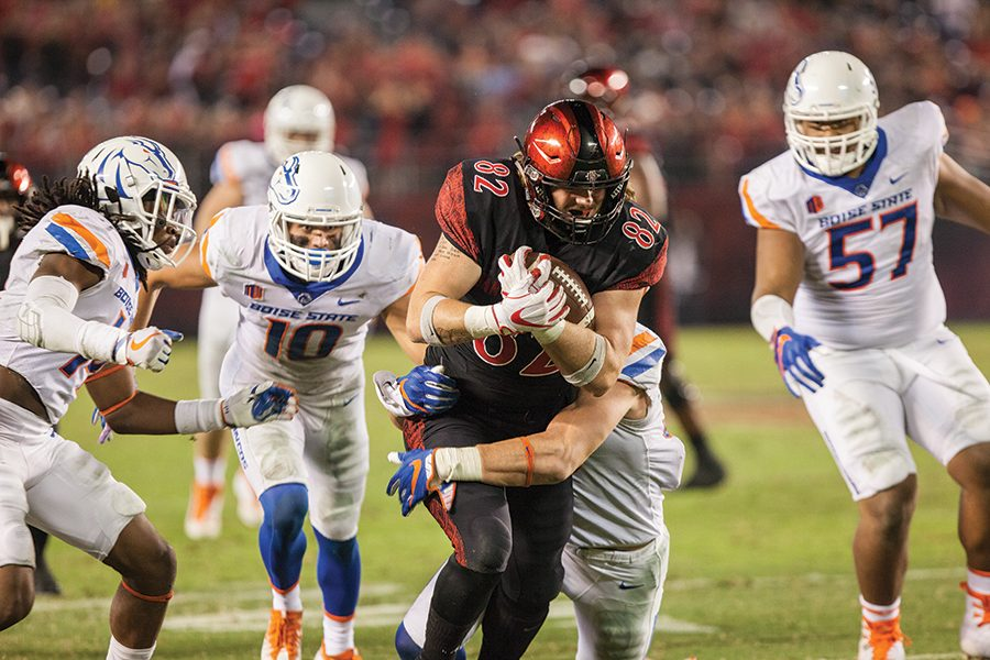 Sophomore+tight+end+Parker+Houston+tackled+by+a+Boise+State+defender+during+SDSU%27s+14-31+loss+to+Boise+on+Oct.+14.