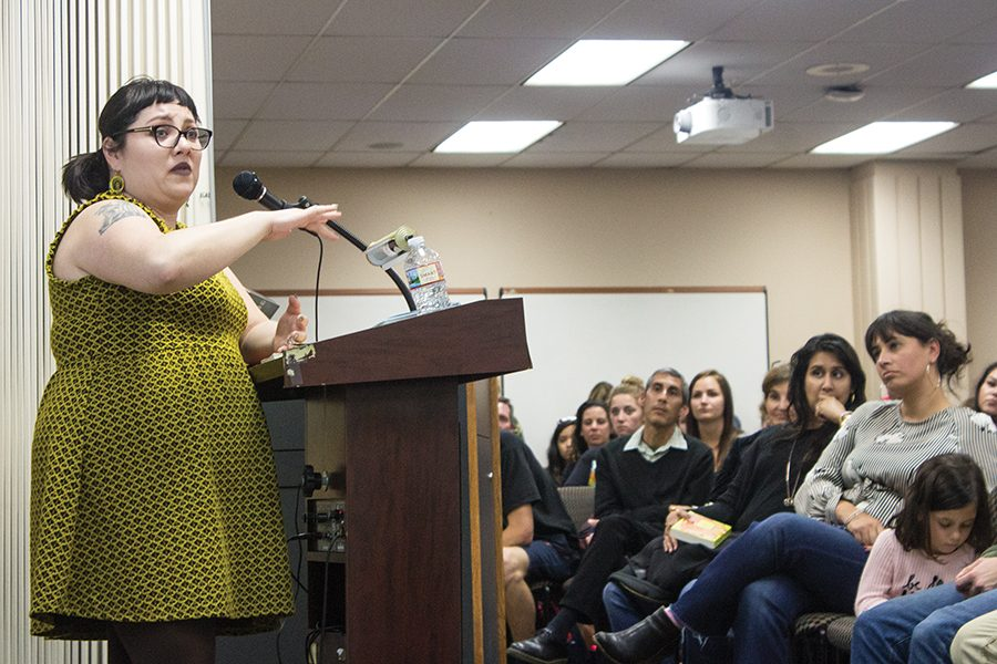 Isabel Quintero habla con la comunidad de SDSU sobre la representación latina en la literatura.
