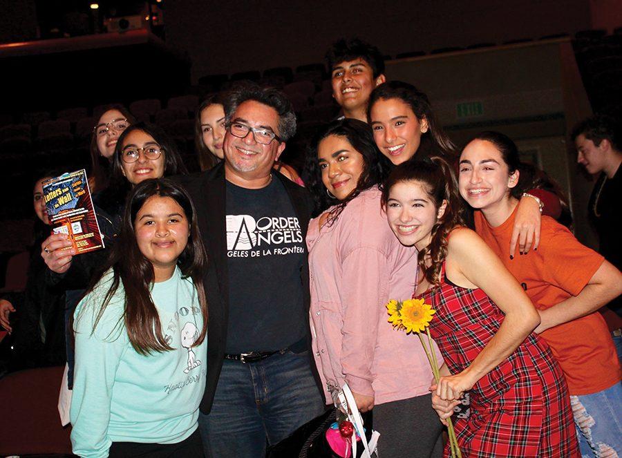 Dave Rivas, escritor de Cartas desde el Muro, y los estudiantes quienes actuaron en la obra, sonríen después de la primera noche de la presentación.