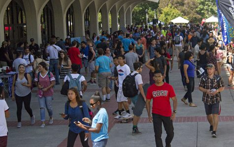 Students crowd the sidewalk in front of Love Library at the start of the Fall 2016 semester.