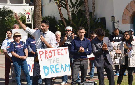 Candidato congresista se reúne con SDSU para una protesta en defensa de DACA