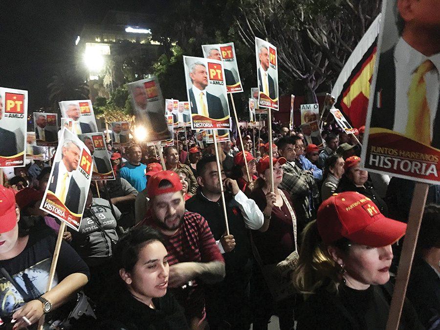 Asistentes demuestran su apoyo hacia López Obrador en Tijuana, México.