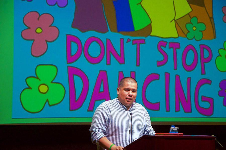 Julio Salgado habla con la audiencia sobre cómo usa su arte en el activismo.