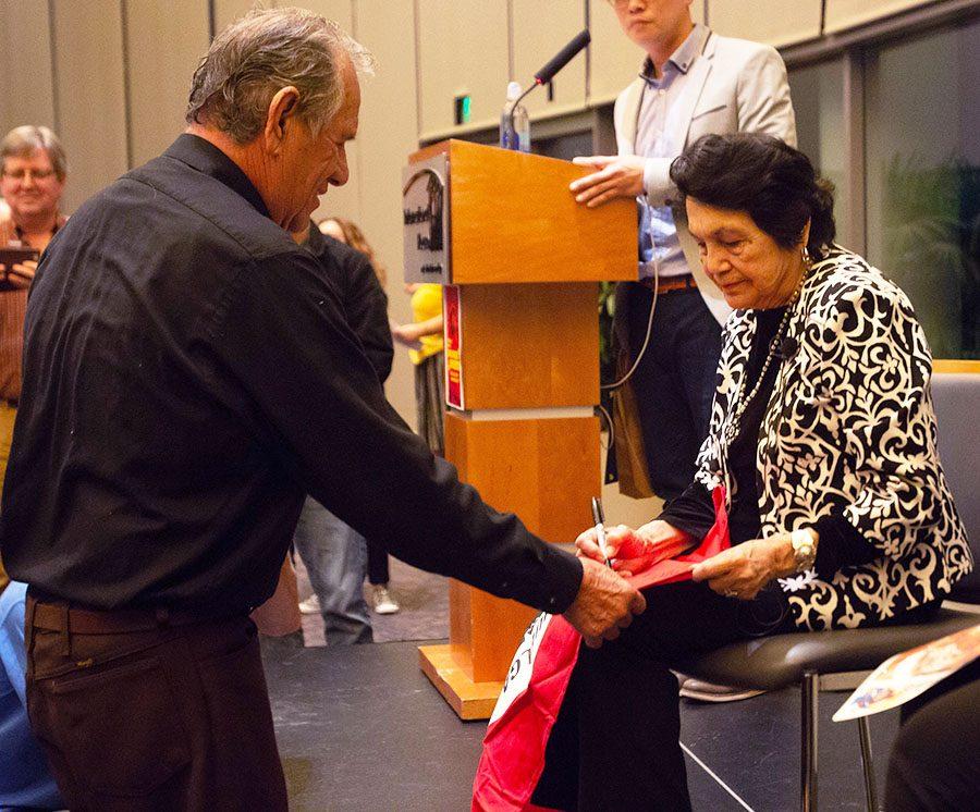 La comunidad de San Diego se reúne para escuchar a Dolores Huerta, activista de los derechos civiles