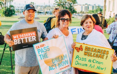 Manifestantes se reunieron para apoyar a los recipientes de DACA un año después de su terminación.