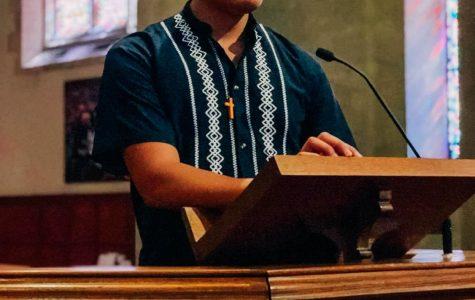 Irving Hernández da un sermón en el día de la independencia mexicana.